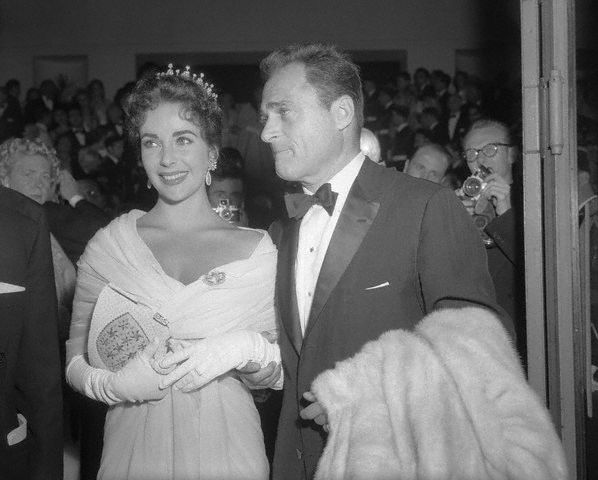 Elizabeth Taylor and Husband Mike Todd in Cannes 1957 (598x480, 42Kb)