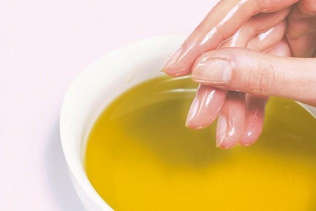 Если ваши руки склоны к сухости и трещинам, эта статья большая находка для вас! 3 варианта процедур