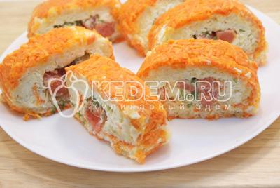 Нарезать порционными кусочками и выложить на плоское блюдо с  зеленью. - Салат «Царский». Фото приготовления салата с красной рыбой и икрой на новогодний стол.