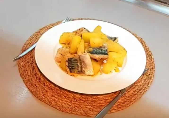 Тушеная картошка с рыбкой - пальчики оближешь