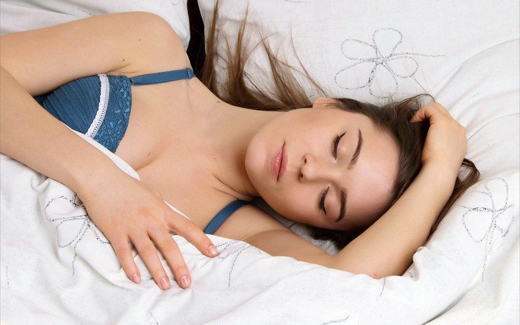 Муж укладывает спать пьяную жену...... Улыбнемся))