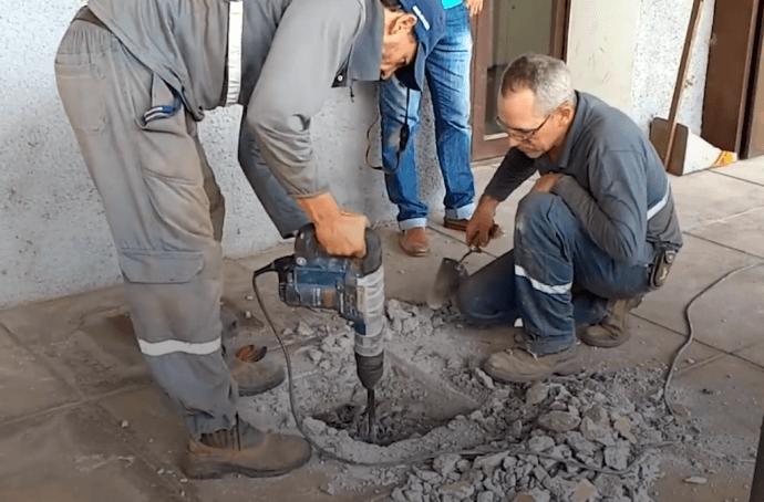 Люди услышали из-под земли плач и потребовали, чтобы работники вскрыли бетонный пол