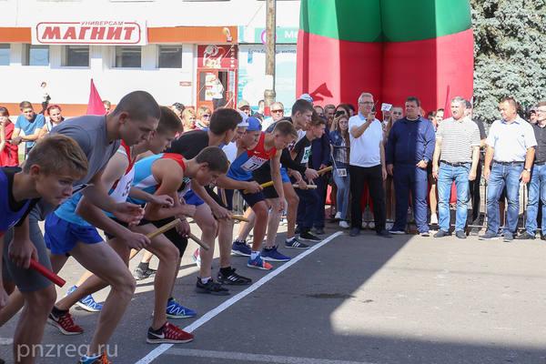 Иван Белозерцев открыл традиционную легкоатлетическую эстафету на призы губернатора