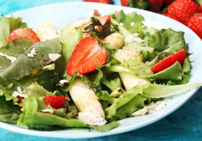Пикантный салат с куриной грудкой и фруктами