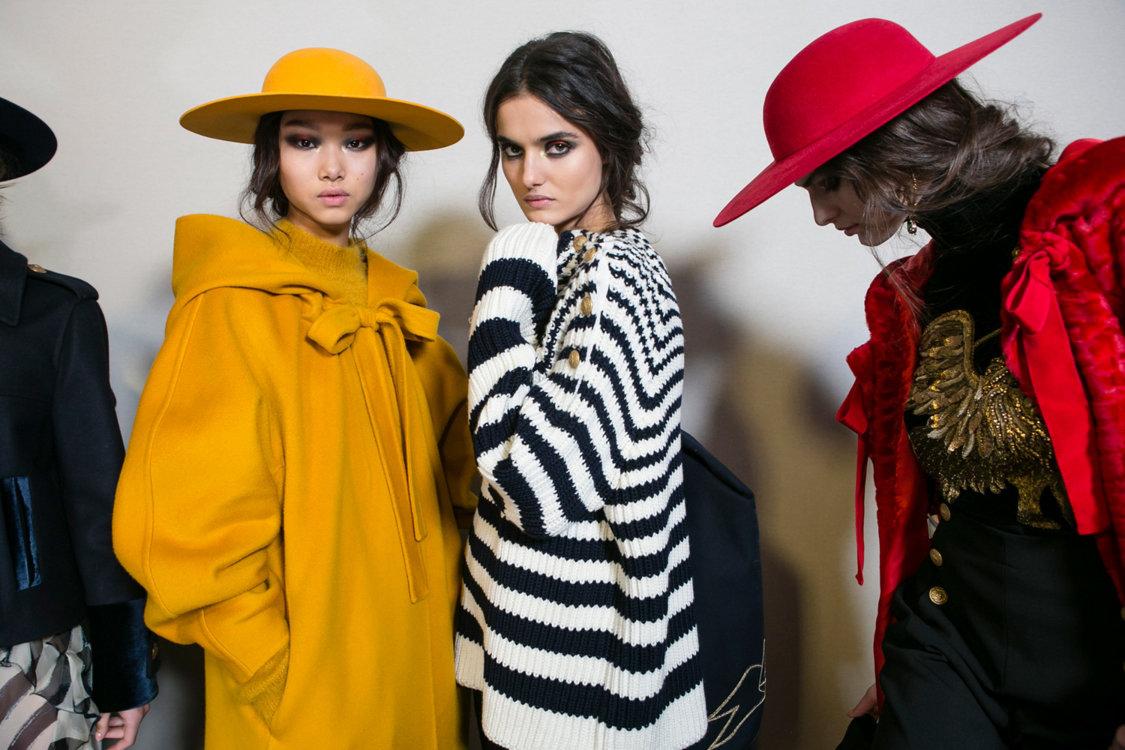 Сумки-шапки и пледы вместо сумок: самые необычные аксессуары этой осени