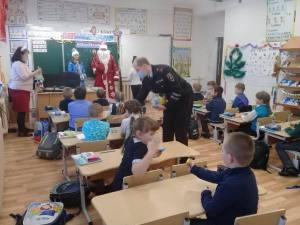 В рамках областной профилактической акции «Полицейский Дед Мороз» сотрудники Ивдельского ГИБДД совместно с «Родительским патрулём» позд