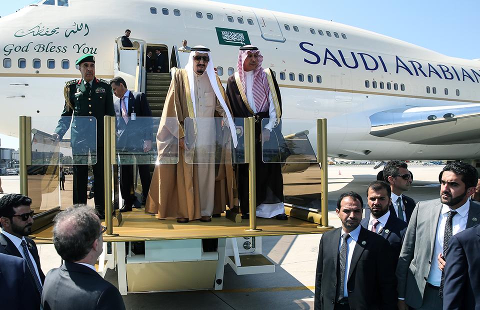 460 тонн багажа и два лифта: как путешествует король Саудовской Аравии
