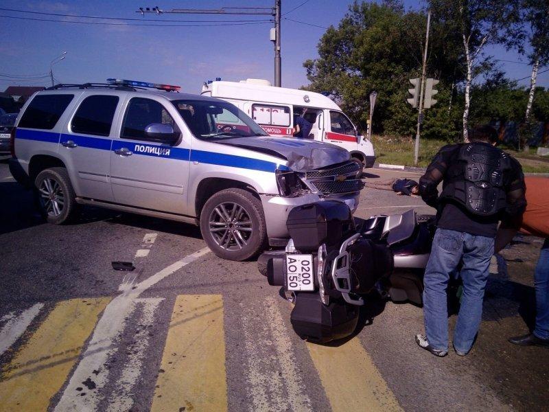 Авария дня. Полицейский внедорожник столкнулся с мотоциклом в Балашихе