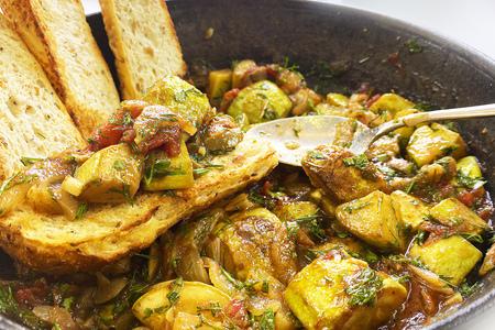 Фото к рецепту: Сицилийская капоната из кабачков