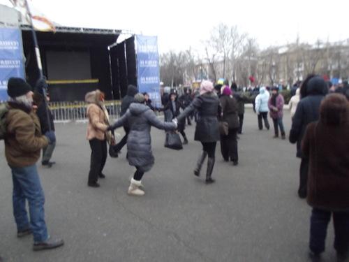 Одесситы живой цепью защитили администрацию от нацистов. Убей фашиста танцем!