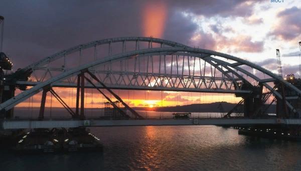 Первые грузовики прошли по Крымскому мосту