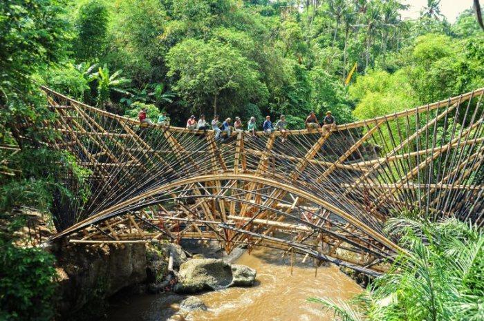 Рабочие во время строительства моста. /Фото:ideas.ted.com