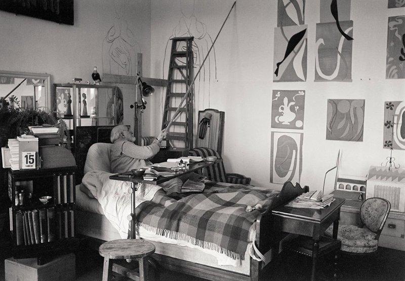 Художник Анри Матисс, пишет на стену рядом с его кроватью, за несколько месяцев до своей смерти в 1954 году. Фотограф: Уолтер Карон. история, люди, мир, фото