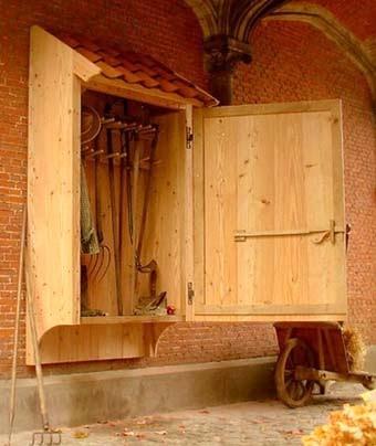 настенный шкаф для садовых инструментов