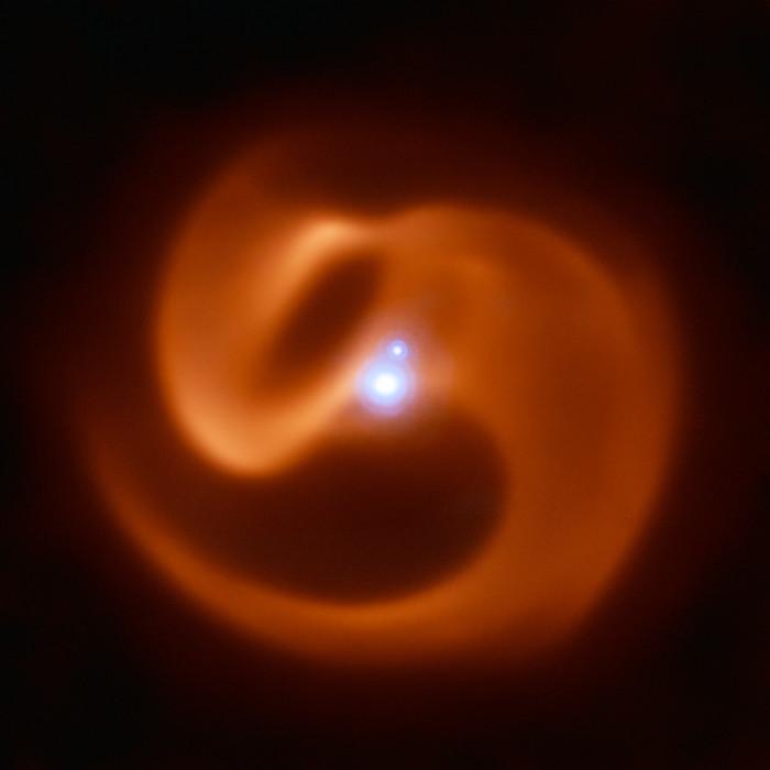 Астрономы обнаружили тройную систему, в которой одна из звезд разрывает себя на части