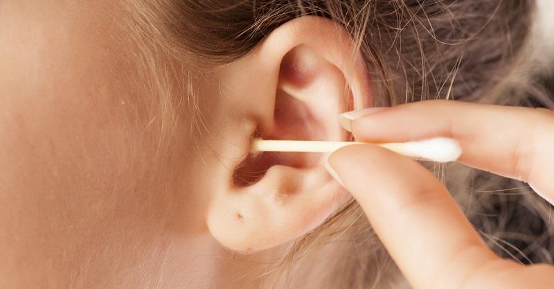Врачи бьют тревогу: чистка ушей ватными палочками может быть опасной для здоровья!