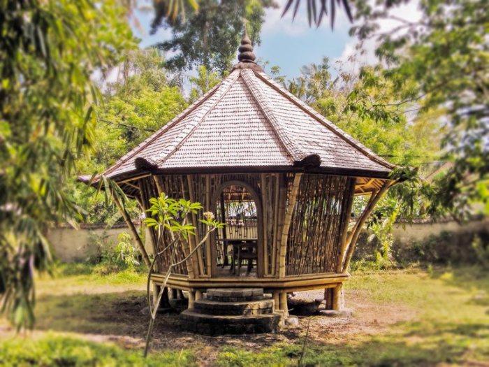 Фото: Этот круглый бамбуковый домик с округлой дверью, построенный в жилом комплексе Green Village, Элора использует в качестве конференц-зала. /Фото:ideas.ted.com
