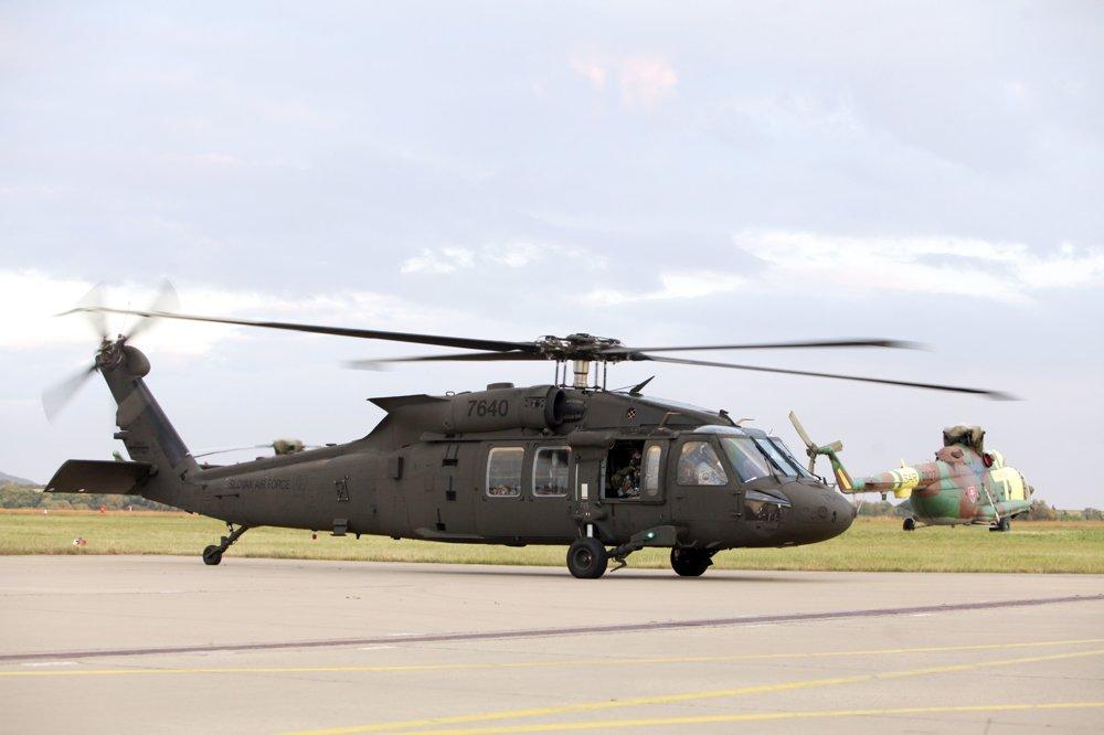 Словакия получила первые два вертолета UH-60M Black Hawk