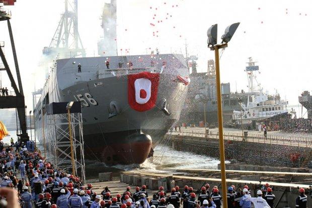 В Перу спущен на воду десантный вертолетный корабль-док