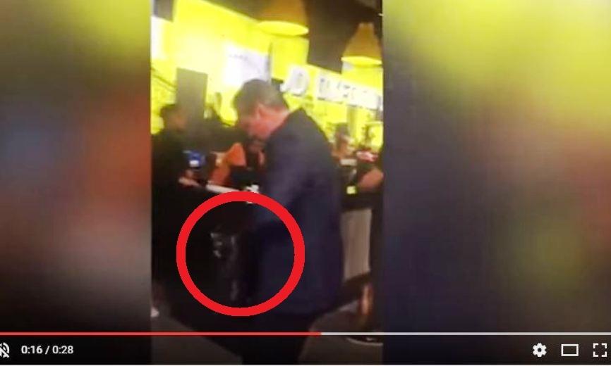 Соцсети в шоке: экс-премьер Кэмерон проигнорировал очередь, покупая носки