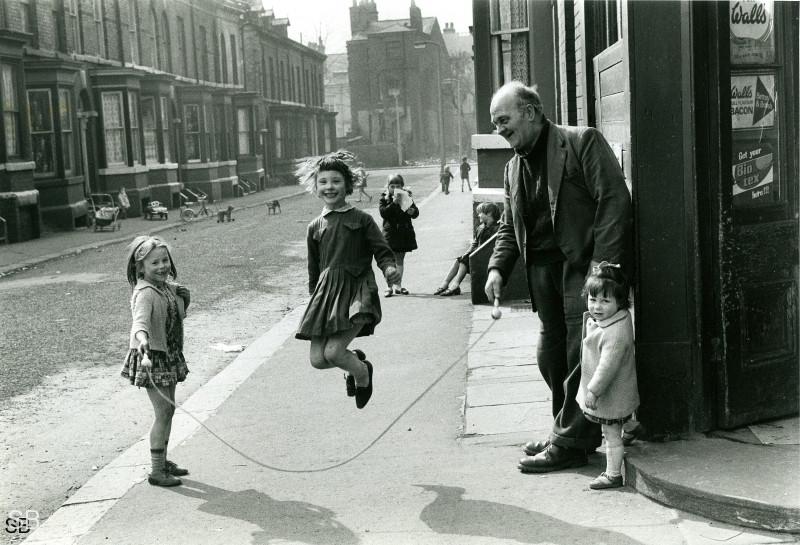 Обаяние трущоб Манчестера в фотографиях Ширли Бейкер 1960-х годов 23