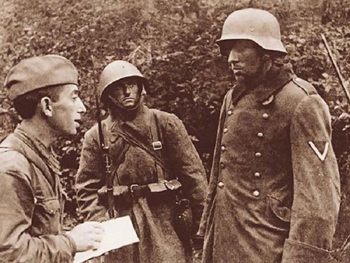 Младший лейтенант С. Г. Маловский допрашивает пойманного немецкого разведчика.