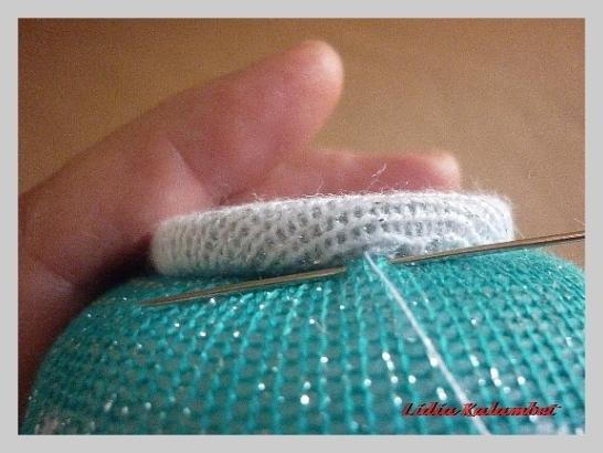 Потайными стежками сначала пришиваем донышко, потом крышечку, а уже потом носик и ручку.