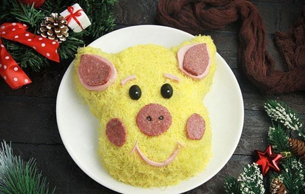 Свинья на блюде. Новогодние салаты