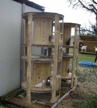 Любители домашнего хозяйства могут использовать бобины от проводов для курятника или голубятни. Вам нужно будет только продумать проем для входа и выхода и обмотать конструкцию сеткой Рабица. В таком домике можно даже разводить кроликов.