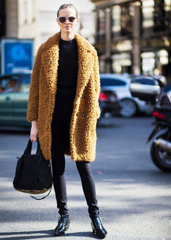 Девушка в пальто из тедди и скинни