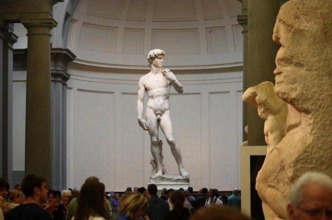 Создание галереи для учеников Академии было профинансировано семейством Медичи как и строительство многих других флорентийских достопримечательностей