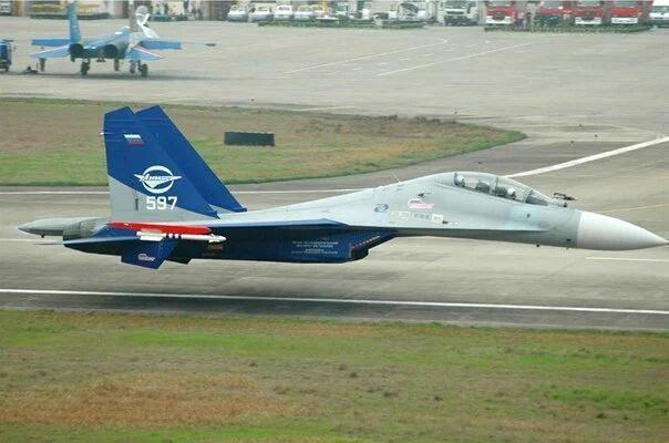 Су-30 проходит на высоте чуть более метра над землей, не выпуская шасси. Пилот — Анатолий Квочур. Китай, 19.03.2006