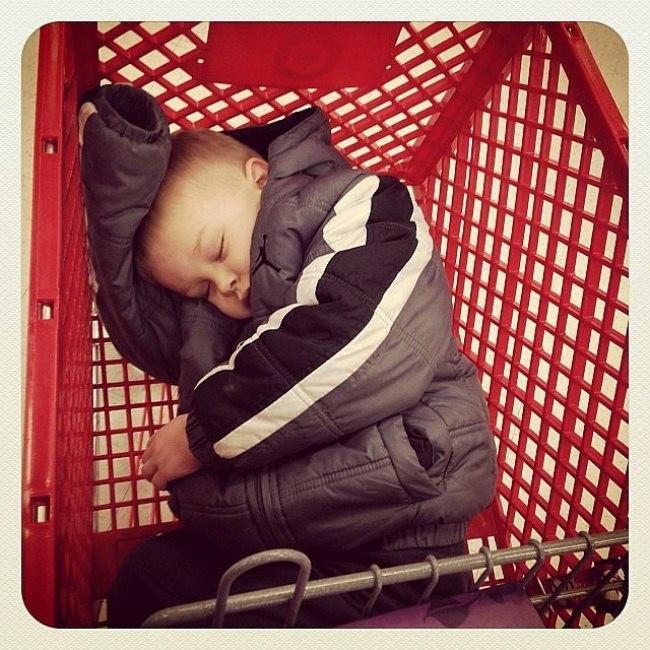 Если ребенок хочет спать, ничего его не остановит)))
