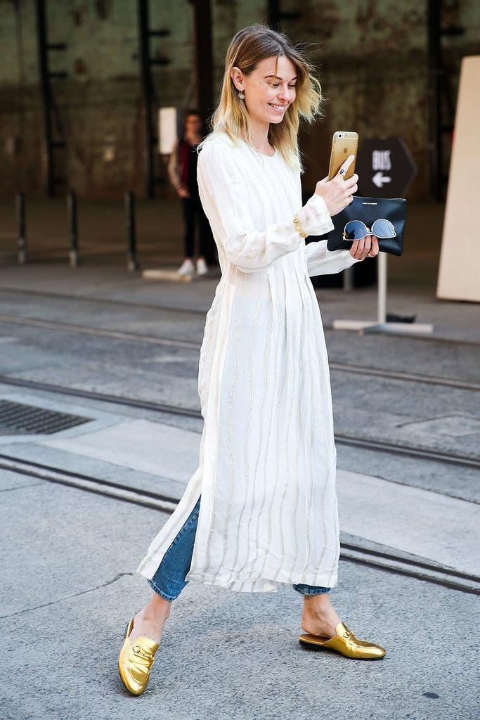 Девушка в джинсах и белом платье