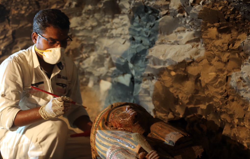 На юге Египта археологи нашли саркофаг с мумией