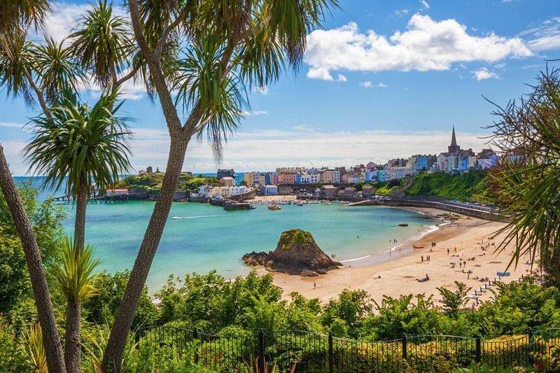 1. Этот пляж славится пальмами, красочными зданиями и красивой гаванью. Где это? в мире, красивые места, мир, неожиданно, пляж, путешествия, туризм, фото