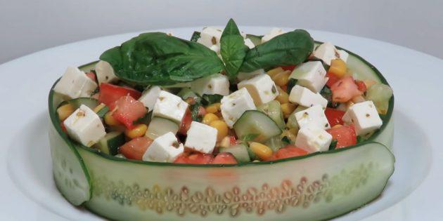 Салат из огурцов, помидоров и кукурузы с фетой и соевой заправкой