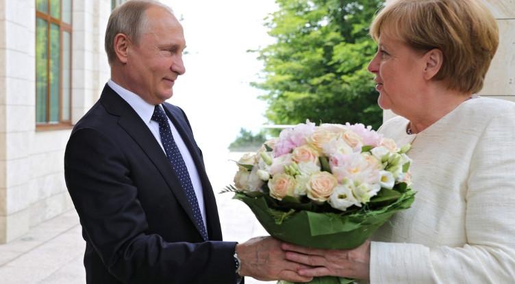 """Может, в букете бомба: Немецкое издание возмущено тем, что Владимир Путин """"унизил"""" Меркель, подарив ей цветы"""