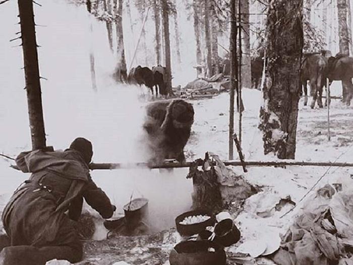Красноармейцы готовят обед на стоянке.
