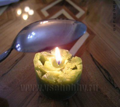 греем ложку над огнем чтобы сделать декупаж на свече своими руками