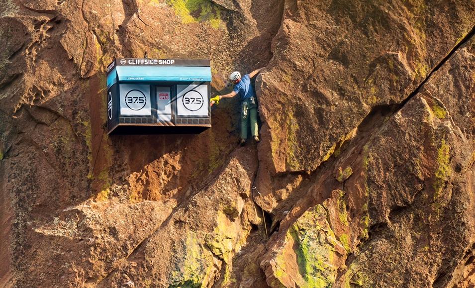 «Здрасьте, у вас кислород есть?» В США на отвесной скале открылся магазин для альпинистов