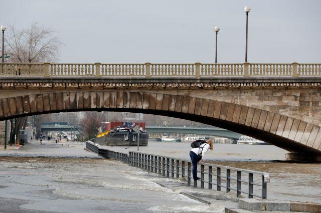 В Париже из-за роста уровня воды закрыта навигация по Сене