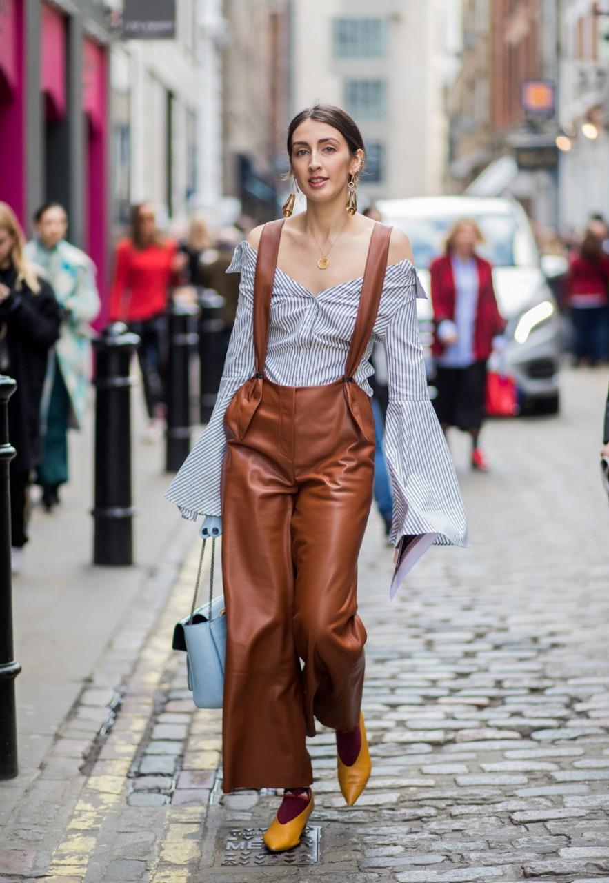 Девушка в кожаных коричневых брюках