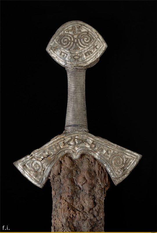 Два необычных меча.