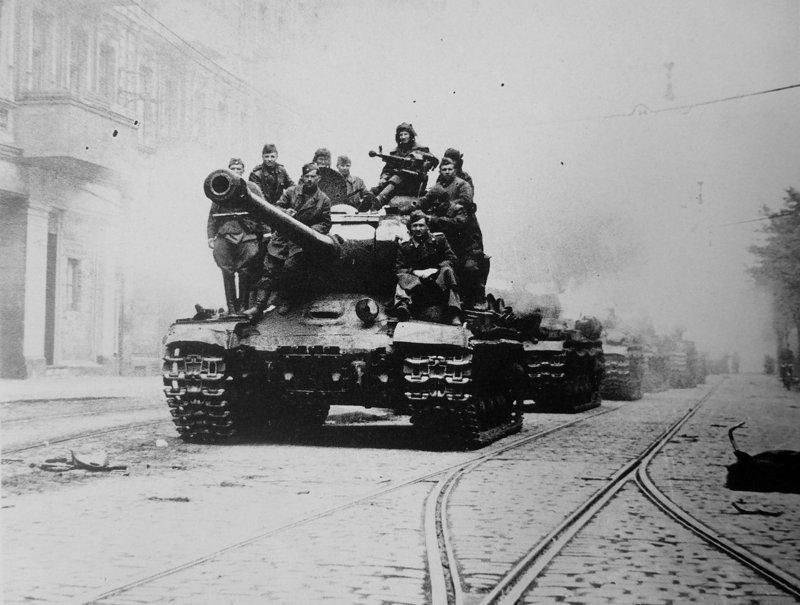 Групповой снимок красноармейцев на тяжелом танке ИС-2 на улице. Берлин. Май 1945 года история, люди, мир, фото