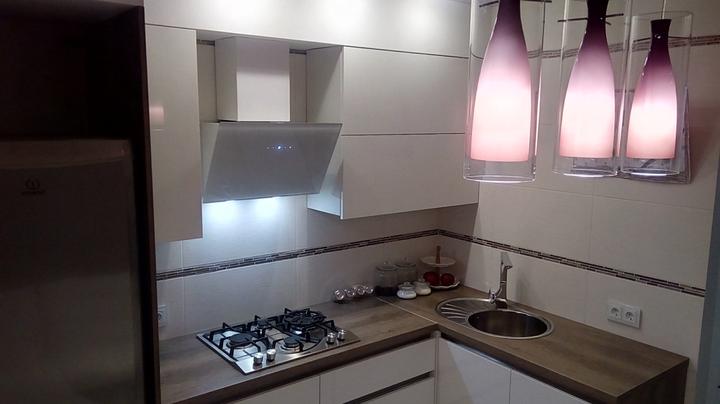 Моя кухня: 8 квадратных метров белой кухни с картонным телевизором