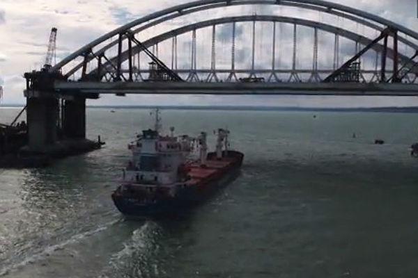 Под арками Керченского моста прошло первое судно
