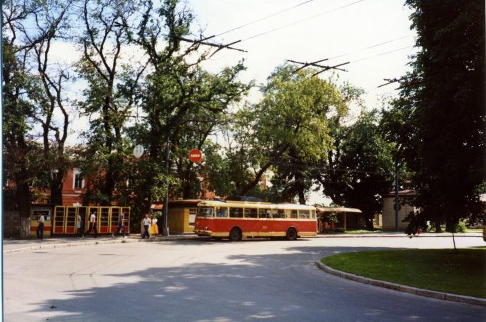 Движение троллейбуса на одной из улиц Киева. СССР, Киев, 1985 год.