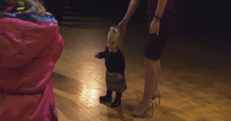 Женщина пыталась увести малышку со сцены, но не тут-то было. Кажется, растет талантливый танцор!