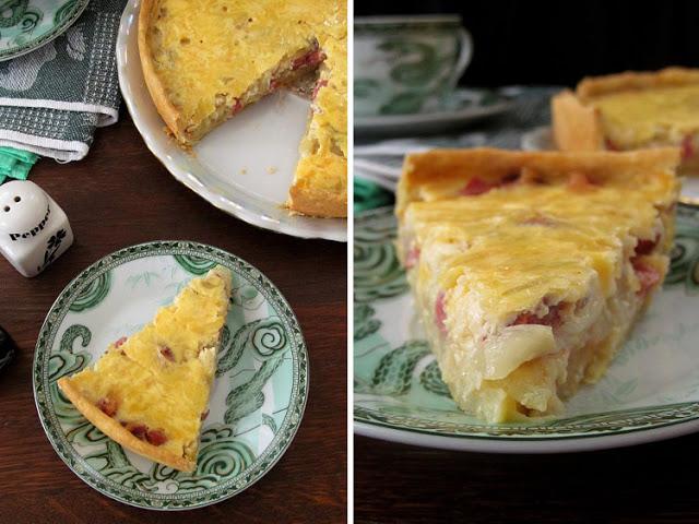 Закусочный луковый пирог с копченой колбасой